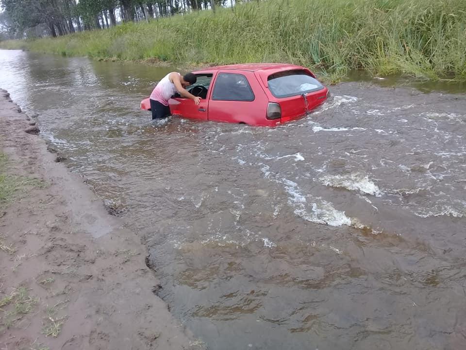 En 25 de Mayo, el agua se llevó un camino y una familia temió por su vida