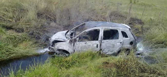 El automovil fue destruido por el fuego