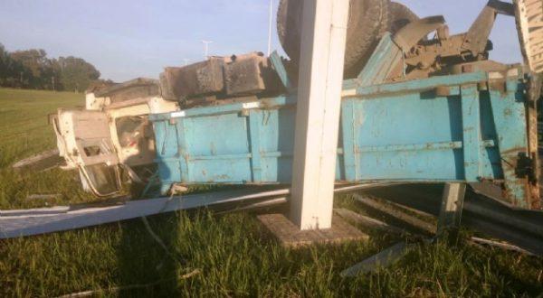 El camion producto del accidente volco