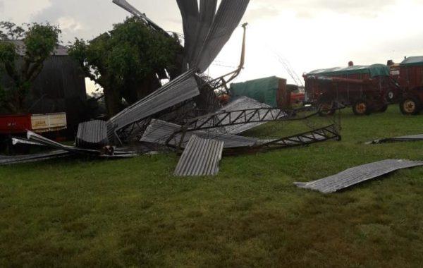 Galpon destruido por efecto del viento en Coronel Segui