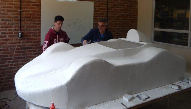 La carroceria trabajo que realiza el profesor Carlos Ferrari junto a alumnos