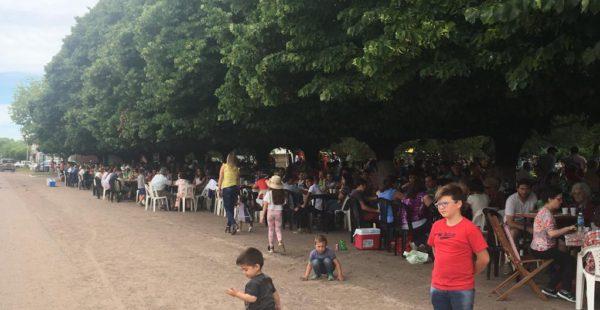 Los comensales disfrutaron del almuerzo bajo los tilos de la plaza