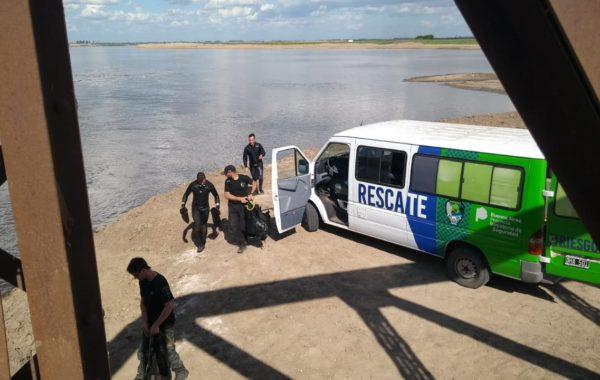 Rescatistas de la policia bonaerense trabajando en el curso de agua