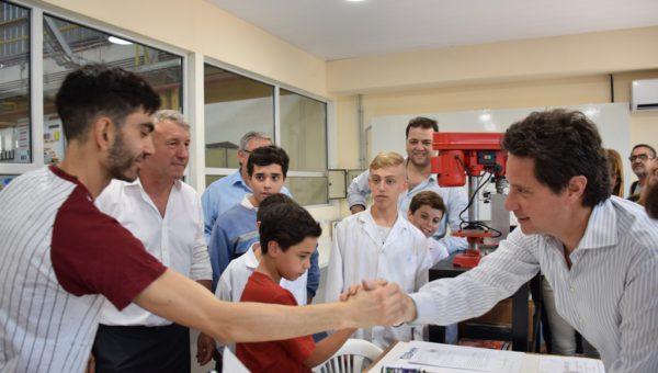 Sanchez Zinny saluda al profesor de robotica en la Tecnica