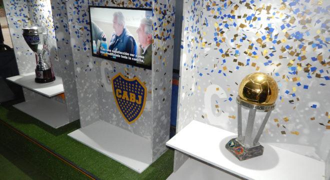 Trofeos ganados por Boca y que se exhiben en el omnibus