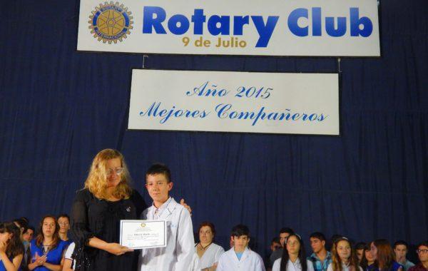 Un alumno en el 2015 recibiendo su diploma como mejor compañero