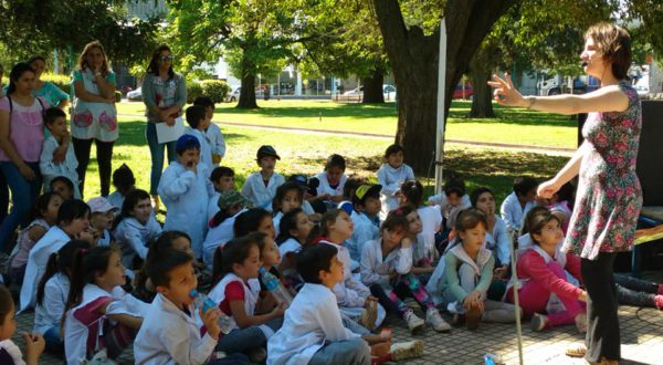 Una Narradora esta tarde con alumnos de primaria en Plaza Gral. Belgrano