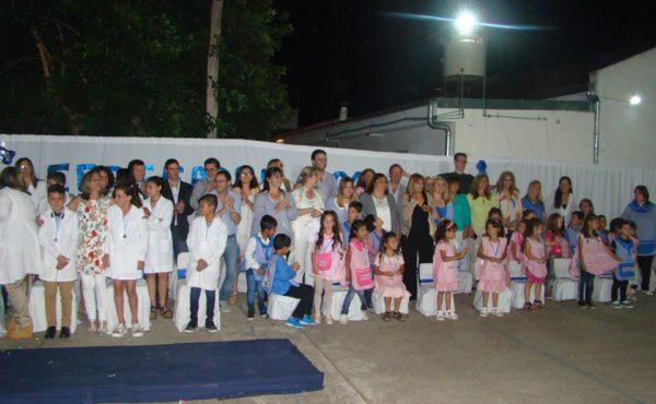 Alumnos de Jardin junto a educadores y el Intendente Barroso