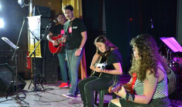 Dos alumnas hacen guitarras acompañdas en voz y guitarras por Luis Gonzalez y Fernando Astoviza