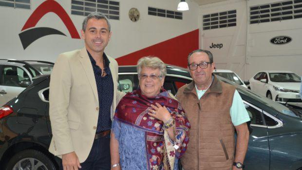 Igancio Colotta acompañado por clientes