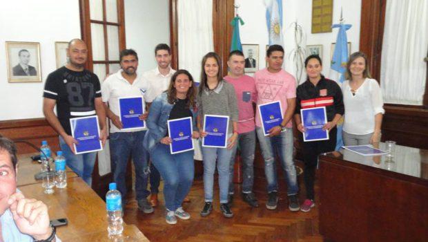 Integrantes del Futbol Femenino de 9 de Julio recibiendo el reconocimiento