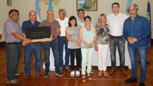 Julio Aro a la derecha, Barroso, familiares de Francisquez y ex combatiente sostiendo la piedra que quedo en 9 de Julio