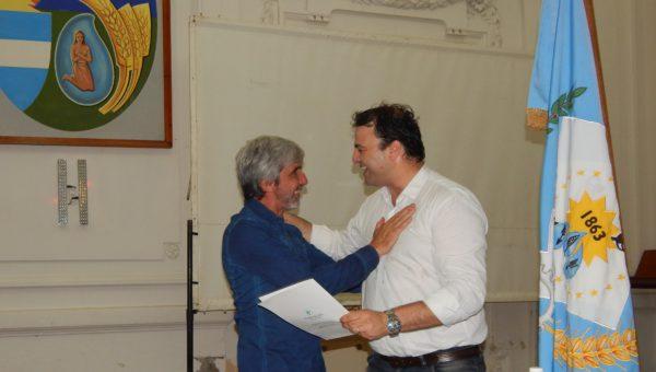 Mariano Barroso entrega el decreto de Huesped de honor a Julio Aro