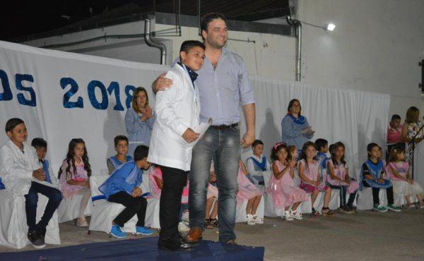 Mariano Barroso junto a uno de los alumnos egresados
