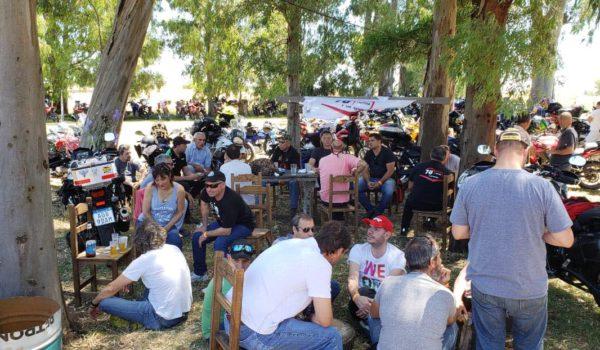 Motociclistas compartiendo distintos momentos
