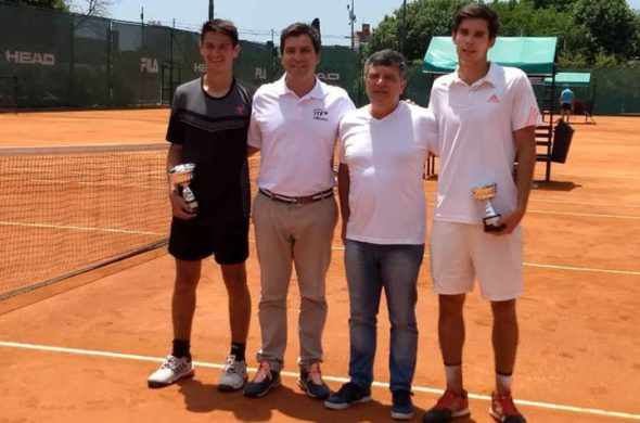 Navone junto a integrantes de la AAT y Carraro tras recibir su trofeo como Campeon