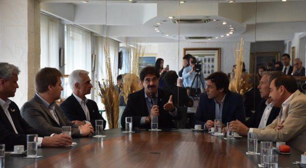 Sarquis junto autoridades de la Camara Arbitral de cereales y de la Bolsa de Bahia Blanca