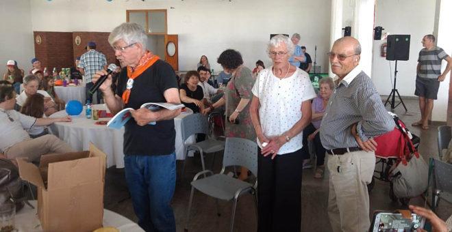 Andreas Doeswjik presentando el libro de la familia junto a una de sus hermanas