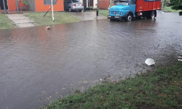 Calle Pueyrredon con agua y residuos flotando