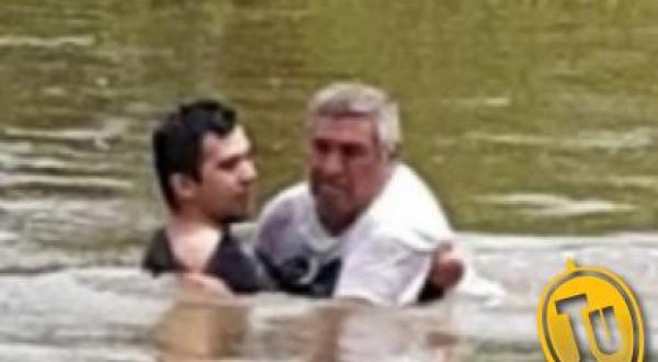 El hombre de 64 años siendo rescatado por el efectivo de la policia correntina