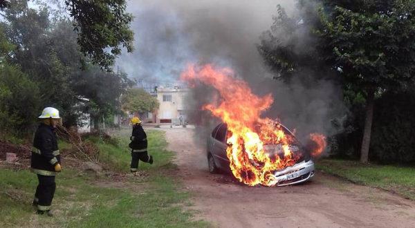 El vehiculo totalmente incendiado