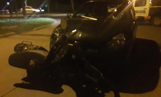 La motocicleta fue arrastrada varios metros por el Renault Clio