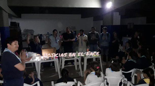 Los niños y adolescentes son contenidos por su coordinadores en un lugar en Gral. Villegas