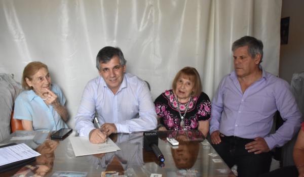 Momento de la firma entre el Intendente y las hermanas Falabela