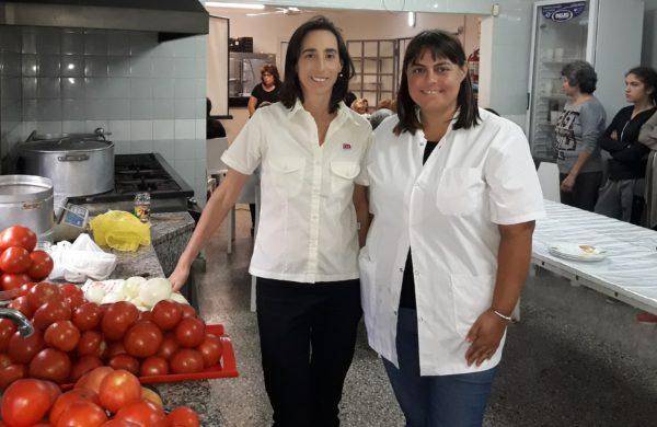 Paula Ferrere junto a Guadalupe D´acunto exhiben tomates de cosecha local