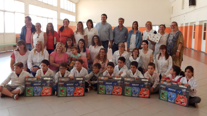 Alumnos de Escuela con sus kits junto a autoridades educativas y el Intendente Barroso