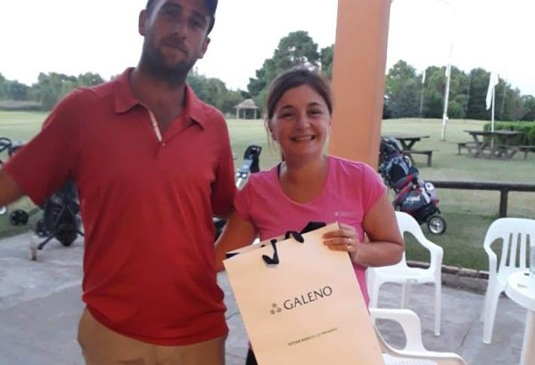 Dalila Orefice recibiendo su premio de manos del profesor Juan Pablo Trofimovih