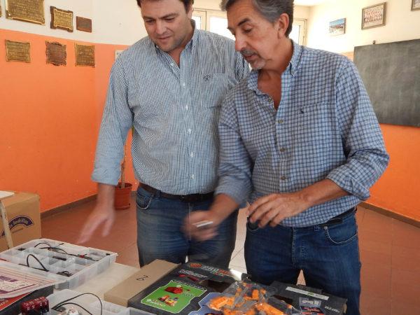 El Coordinador de tecnologia explica al Intendente Barroso la composicion de los kits
