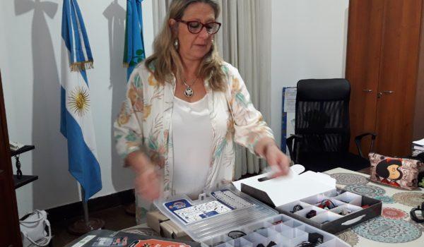 Liliana Vallabriga mostro a la prensa los kits de robotica recibida