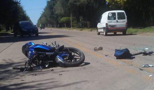 Motocicleta y automovil que colisionaron y producto de ello el joven Zuveldia perido la vida