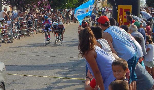 Reñida llegada para Gaston Martinez en la meta sprint que lo vio ganador en su tierra