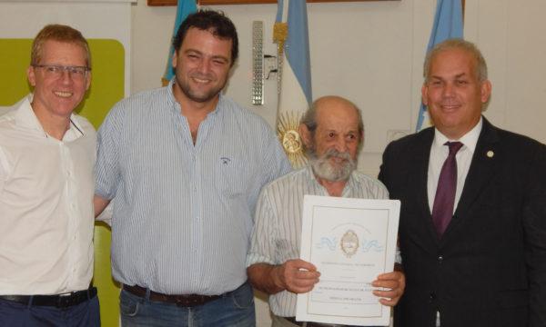 Un vecino recibe su titulo de propiedad de la vivienda junto a Curuchet, Barroso y Molina