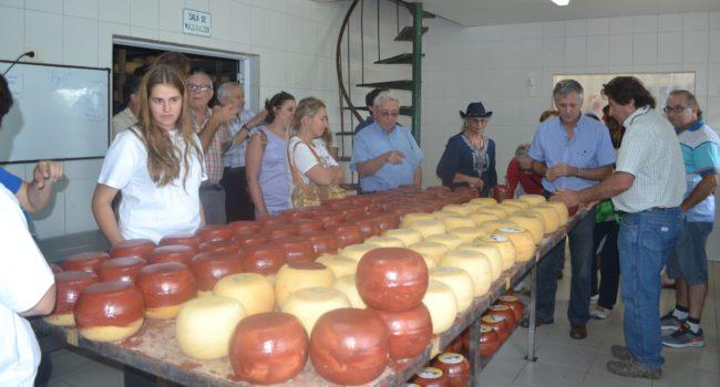 Durante la primera edicion, un contingente visita la queseria de Santa Maria de Los Toldos de la familia Luberriaga
