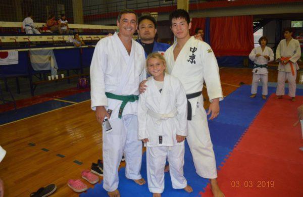El profesor Santiago Falco, una niña y los judocas de Japon