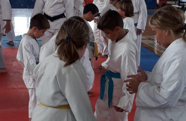 Judocas infantiles de 9 de Julio durante la clinica en Chacabuco