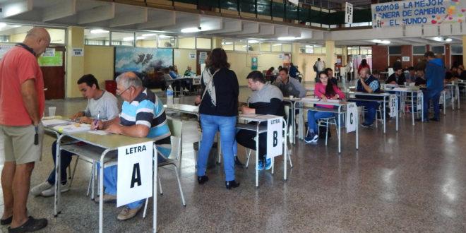 Mesas que reciben al votante y se les entrega un comprobante que lo habilita a votar