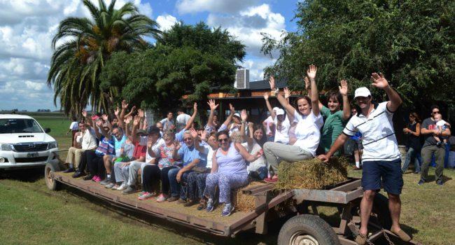 Un contingente en el establecimiento Santa Maria de Los Toldos, parte a recorrer el tambo y luego a la queseria