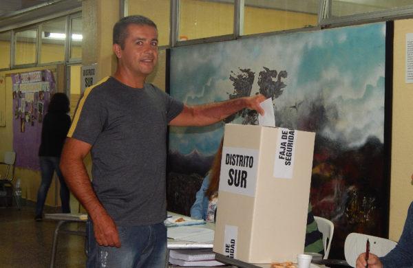 Un votante del distrito Sur, en la mañana de este domingo 10