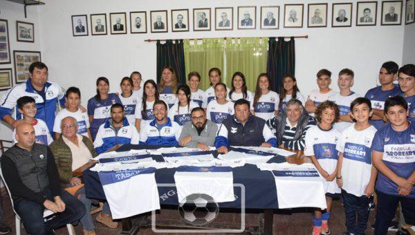 Autoridades del Club, junto a Cuerpo Tecnico, empresas y jugadores de Inferiores y Futbol Femenino
