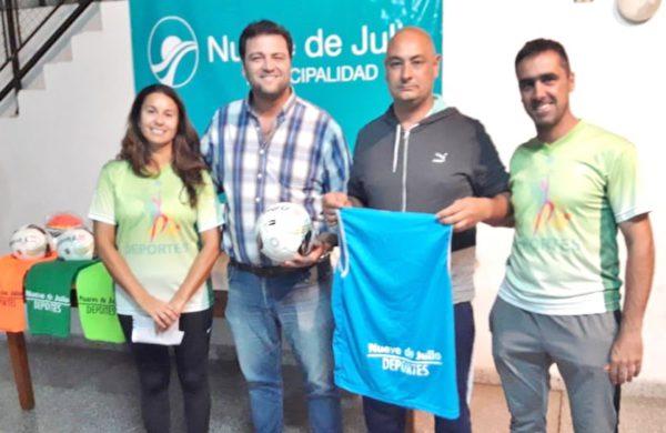 DT del Futbol Femenino de San Martin recibiendo el material deportivo