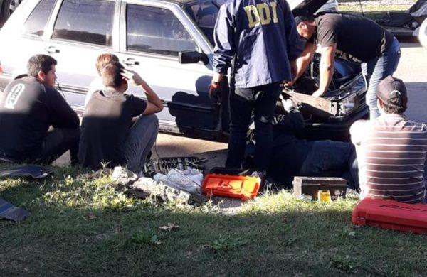 Efectivos de Policia trabajando sobre el Fiat Uno