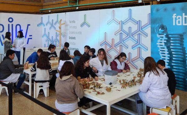 Espacio de diseño que aprovechan muy bien los alumnos que visitan la muestra