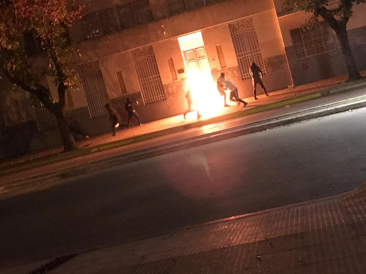 Repudiable actitud: Incendian la puerta de un Colegio