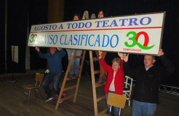 Integrantes de Agosto a Todo Teatro ya rien de los enredos que deja la obra – foto Raul Mascheroni