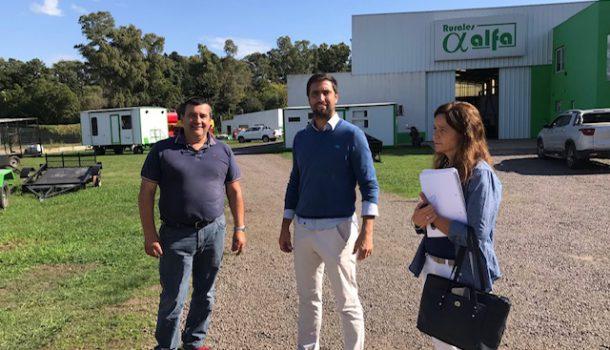 Los funcionarios junto al empresario Alberto Mari