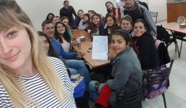 Rodriguez y el Profesor Carlos Brangeri junto a un grupo de estudiantes nuevejulienses